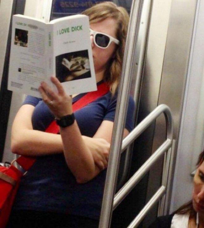 Αυτά παθαίνεις όταν διαβάζεις λάθος βιβλία σε δημόσιους χώρους