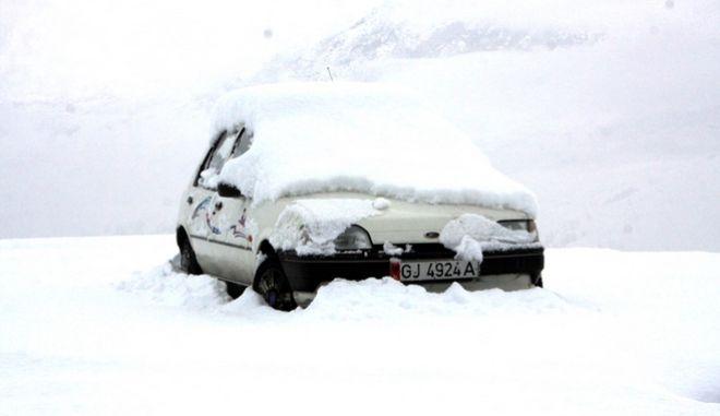 Αμάξι στα χιόνια (φωτογραφία αρχείου)