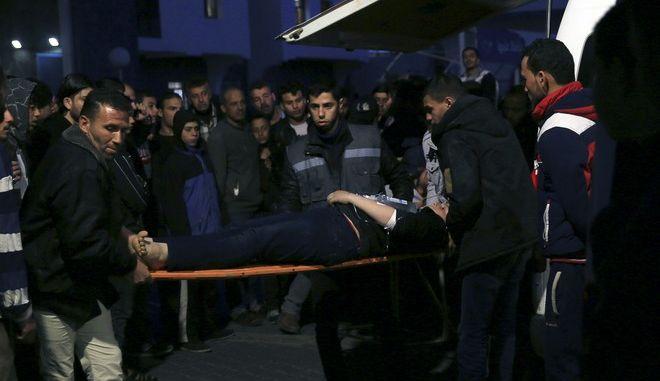 Τραυματίας από ισραηλινά πυρά διακομίζεται σε νοσοκομείο της Γάζας