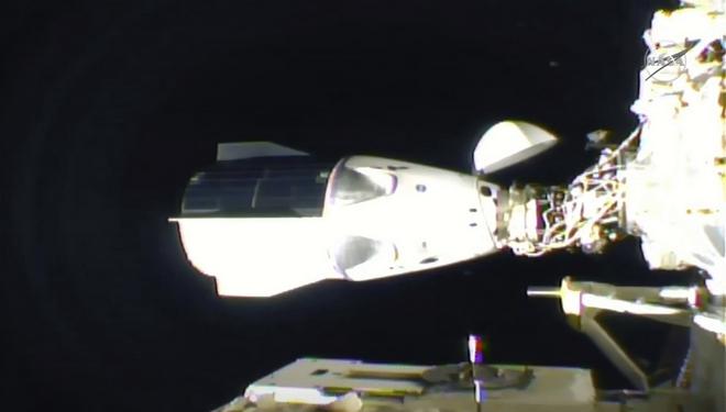 H στιγμή της πρόσδεσης του SpaceX Dragon στον Διεθνή Διαστημικό Σταθμό