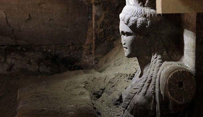 Δύο εξαιρετικής τέχνης καρυάτιδες , από θασίτικο μάρμαρο  συμφυείς με πεσσό, διατομής 0,20Χ0,60 μ. αποκαλύφθηκαν με την αφαίρεση των αμμωδών χωμάτων, στο χώρο μπροστά από τον δεύτερο διαφραγματικό τοίχο, κάτω από το μαρμάρινο επιστύλιο, ανάμεσα στις, επίσης, μαρμάρινες παραστάδες. Μπροστά από τις καρυάτιδες, και από το ύψος της μέσης τους και κάτω, αποκαλύπτεται  τοίχος σφράγισης από πωρόλιθους σε όλο το πλάτος των 4,5μ. Η αποκάλυψη έγινε  κατά τις ανασκαφικές εργασίες που συνεχίζονται στον λόφο «Καστά», στην Αμφίπολη, από την  ΚΗ Εφορεία Προϊστορικών  και Κλασσικών Αρχαιοτήτων. (EUROKINISSI/ΥΠ. ΠΟΛΙΤΙΣΜΟΥ)