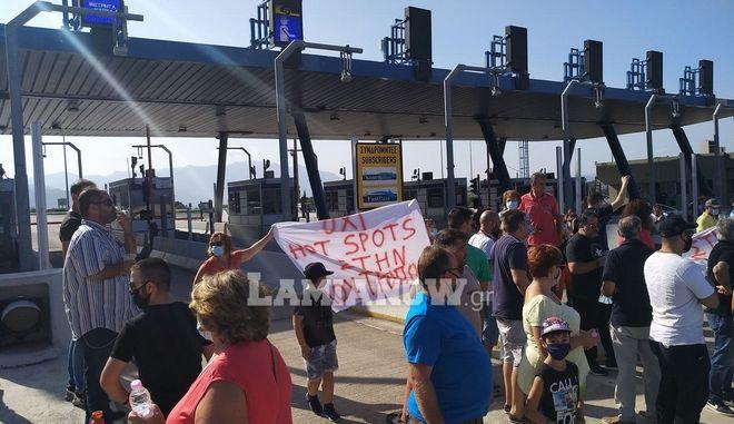 Καμμένα Βούρλα: Έκλεισαν τα διόδια της Αγίας Τριάδας οι κάτοικοι, διαμαρτυρόμενοι για την απροειδοποιήτη έλευση 39 ασυνόδευτων προσφύγων