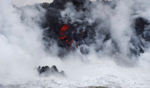 Η λάβα από το ηφαίστειο Κιλαουέα στη Χαβάη, χύνεται στον Ειρηνικό Ωκεανό, προκαλώντας τεράστια εξάμτηση νερού και εκρήξεις.