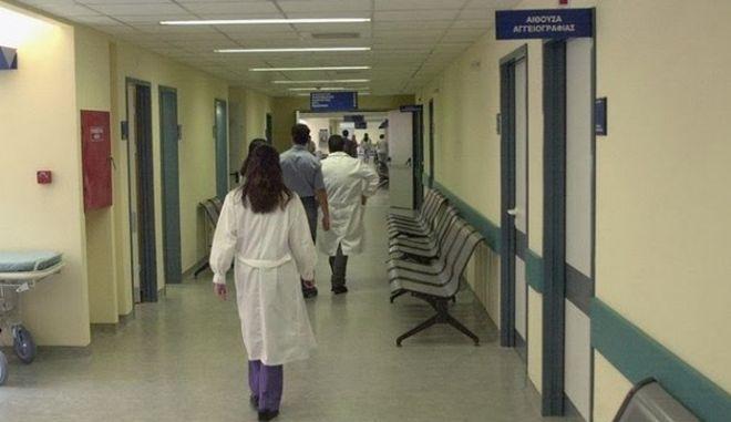 Ο πρώην διοικητής του νοσοκομείου Γρεβενών που αποπέμφθηκε για πλαστά πιστοποιητικά αλληλοπυροβολήθηκε με τον γιο του