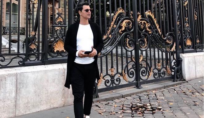 Ο Σάκης Ρουβάς τραγουδά στους δρόμους του Παρισιού