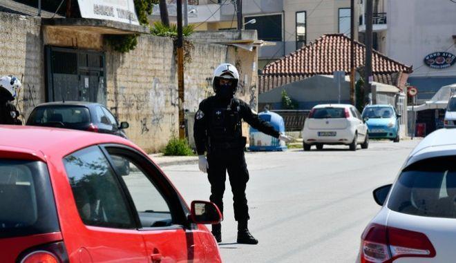 Έλεγχοι της αστυνομίας για τις άσκοπες μετακινήσεις στην πόλη της Πρέβεζας στο πλαίσιο των μέτρων για τον κορονοϊό