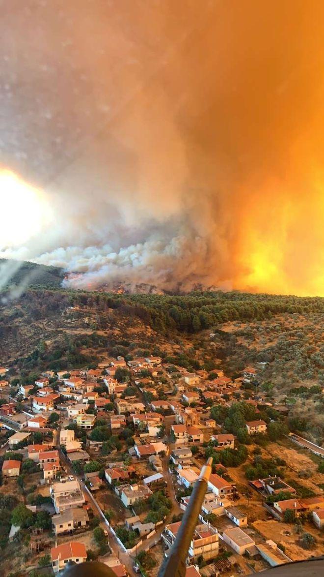 Ο πύρινος εφιάλτης από ψηλά: Φωτογραφικό δέος από τα ελικόπτερα του Στρατού στην Εύβοια