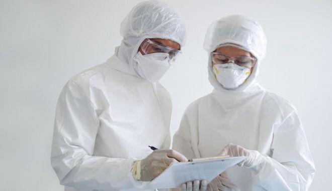 Δύο γιατροί με μάσκες