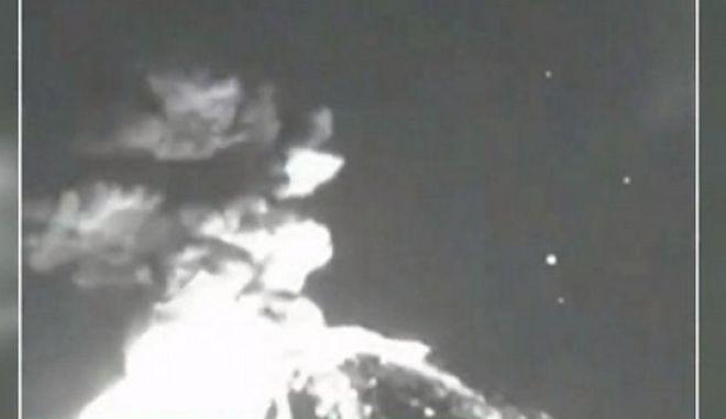 Στιγμιότυπο από την έκρηξη του ηφαιστείου Ποποκατεπέλτ στο Μεξικό