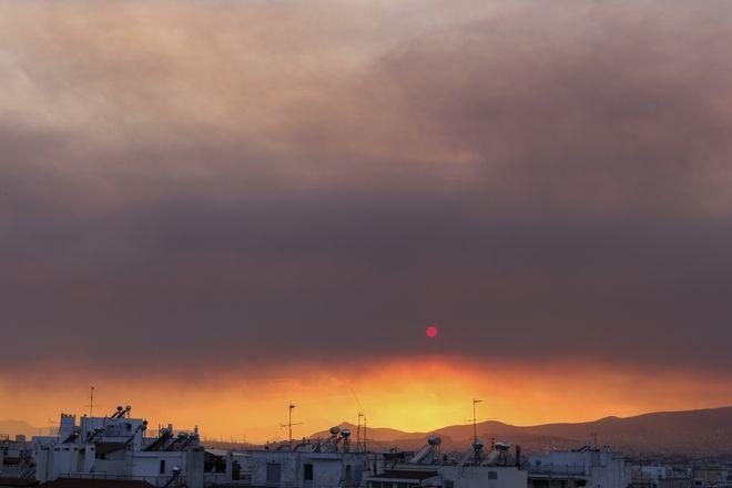 Ο καπνός από τη φωτιά της Εύβοιας έκρυψε τον ήλιο στην Αττική