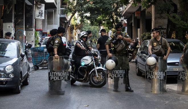 Επιχείρηση της Ελληνικής Αστυνομίας σε τέσσερα υπό κατάληψη κοντά στην πλατεία Εξαρχείων