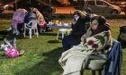 Στο γήπεδο του Δαμασίου έχουν συγκεντρωθεί οι πολίτες της περιοχής, μετά τον μεγάλο σεισμό των 6 Ρίχτερ και τους μετασεισμούς που ακολούθησαν το βράδυ της Τετάρτης