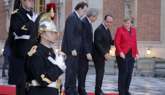 From left to right : Spanish Prime Minister Mariano Rajoy, Italian Prime Minister Paolo Gentiloni, French President Francois and German Chancellor Angela Merkel pose for photographers prior to their meeting at the Versailles castle, near Paris, France, Monday, March 6, 2017. Hollande is hosting German Chancellor Angela Merkel, Spanish Prime Minister Mariano Rajoy and Italian Prime Minister Paolo Gentiloni in Versailles to prepare for a larger EU meeting later this week. (AP Photo/Michel Euler)