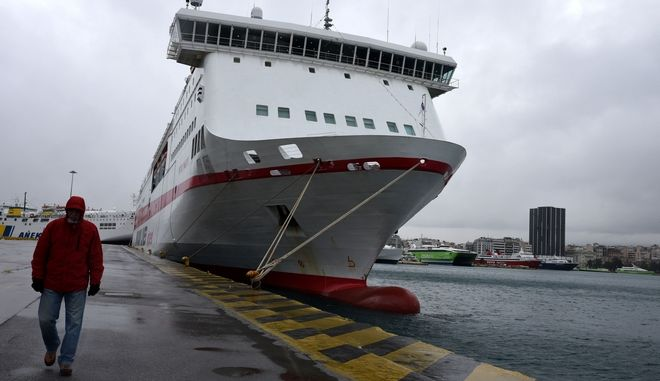 Απαγόρευση απόπλου από τα λιμάνια του Πειραιά, της Ραφήνας και του Λαυρίου, λόγω των ιδιαίτερα θυελλωδών ανέμων που πνέουν στο Αιγαίο και φθάνουν τοπικά τα 9 με 10 μποφόρ, την Πέμπτη 1 Ιανουαρίου 2015. (EUROKINISSI/ΚΑΤΕΡΙΝΑ ΝΟΜΙΚΟΥ)