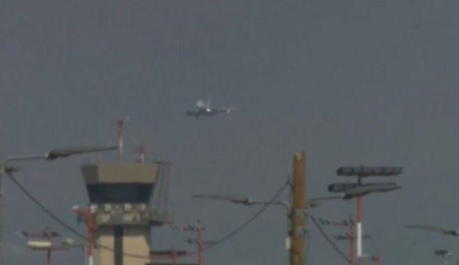 Απίστευτες εικόνες: Αναγκαστική προσγείωση Boeing με πρόβλημα στον τροχό