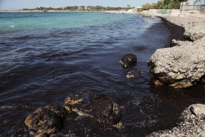 Ρύπανση στην παραλία της Βουλας απο το ναυάγιο του πετρελαιοφόρου