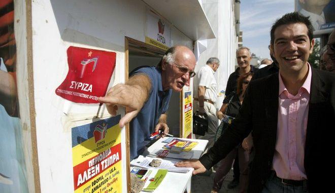 Ο Πρόεδρος του ΣΥΝ Αλέξης Τσίπρας ( δ ) σε στιγμιότυπο απο την αγορά της Νέας Ιονίας στα πλαίσια προεκλογικής περιοδείας στην περιοχή,σήμερα Πέμπτη 01 Οκτωβρίου 2009 (EUROKINISSI \ ΧΑΣΙΑΛΗΣ ΒΑΪΟΣ)