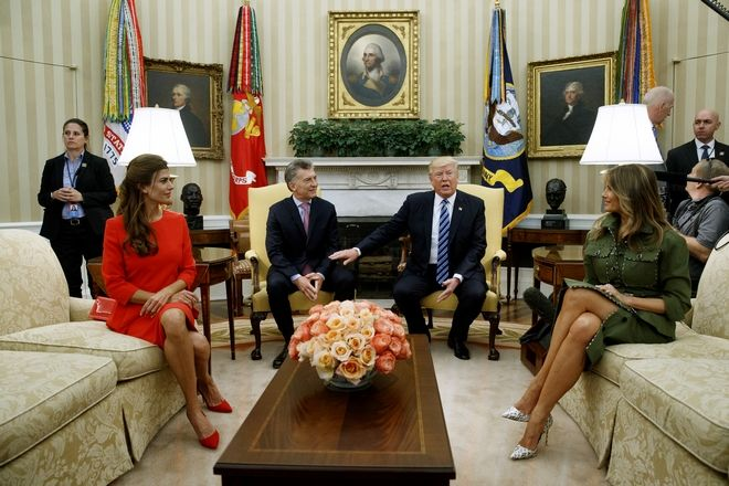 President Donald Trump and first lady Melania Trump meet with Argentine President Mauricio Macri and first lady Juliana Awada in the Oval Office of the White House in Washington, Thursday, April 27, 2017. (AP Photo/Evan Vucci)