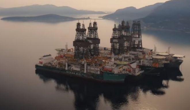 Τα 7 γιγάντια παροπλισμένα πλωτά γεωτρύπανα στον κόλπο της Ελευσίνας