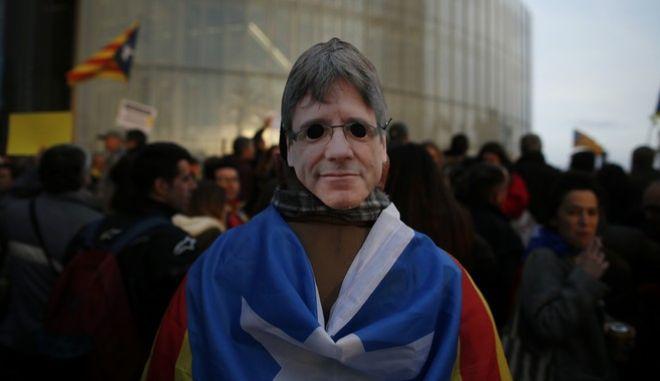 Οργή στην Καταλονία για τη σύλληψη του Κάρλες Πουτζντεμόν (AP Photo/Manu Fernandez)
