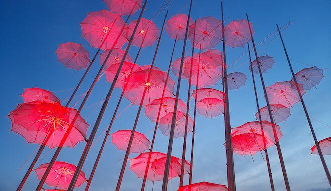 """Θεσσαλονίκη: Στα χρώματα του Πάσχα οι """"Ομπρέλες"""" στην παραλία"""