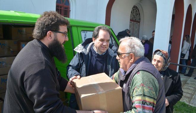 Προσφορά τροφίμων σε εκατοντάδες οικογένειες από την Αποστολη