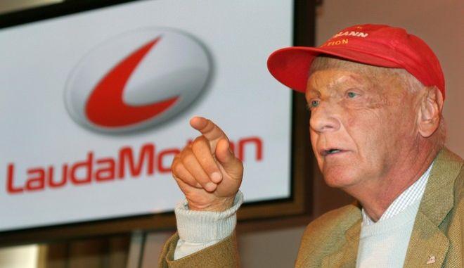 """Der ehemalige Formel-1 Fahrer Niki Lauda aus Oesterreich erlaeutert am Mittwoch, 29. September 2004, waehrend einer Pressekonferenz in Muenchen  das Geschaeftsmodell """"LaudaMotion"""", das Privatpersonen die Fahrt mit einem Mietwagen fuer 1 Euro pro Tag ermoeglichen soll. Finanziert werden soll das Konzept ueber Werbekunden. (AP Photo/Uwe Lein)"""