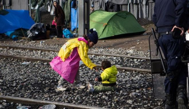 More than 10000 migrants and refugees are stranded, in  near the Greek village of Idomeni at the Greek - FYR of Macedonia borders, on March 4, 2016. /   10000        ,    - ,  4 , 2016