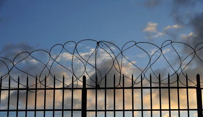 """Στιγμιότυπο από τις φυλακές Κορυδαλλού το πρωΐ της Πέμπτης 8 Οκτωβρίου 2015, πριν από την έναρξη της δίκης της ¨""""Χρυσής Αυγής"""". (EUROKINISSI/ΤΑΤΙΑΝΑ ΜΠΟΛΑΡΗ)"""
