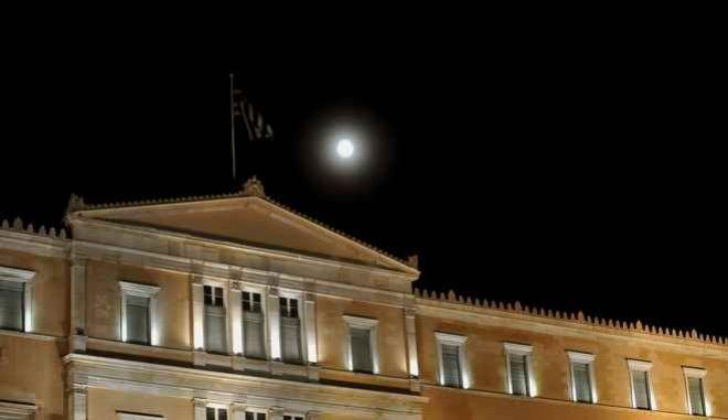 Η πανσέληνος φωτίζει την βουλή,λίγες ώρες μετά την συγκέντρωση υπέρ του ΟΧΙ στο δημοψήφισμα, Σάββατο 4 Ιουλίου 2015 (EUROKINISSI/ΤΑΤΙΑΑ ΜΠΟΛΑΡΗ)
