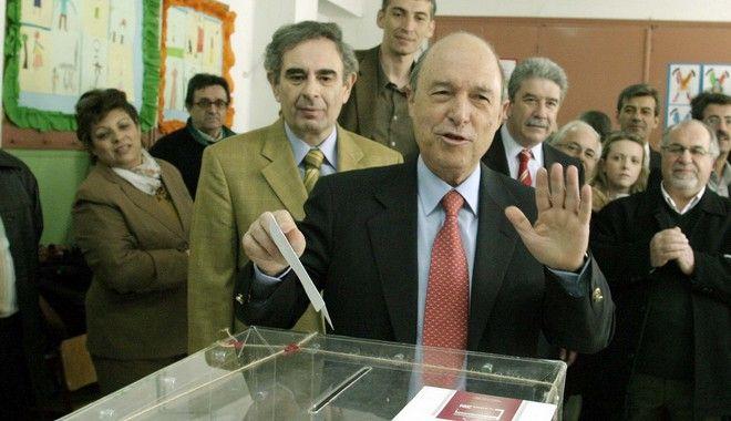 Βουλευτικές εκλογές 2004. Ο Κώστας Σημίτης ψηφίζει στον Πειραιά