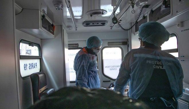 Ασθενοφόρο στη Γαλλία εν μέσω πανδημίας κορονοϊού