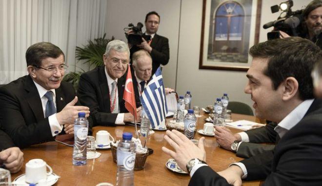 Ο πρωθυπουργός, Αλέξης Τσίπρας συνομιλεί με τον πρωθυπουργό της Τουρκίας Αχμέτ Νταβούτογλου κατά την συνάντησή τους στο περιθώριο της Συνόδου Κορυφής της Ε.Ε. για το προσφυγικό στις Βρυξέλλες την Δευτέρα 7 Μαρτίου 2016. (EUROKINISSI/ΓΡΑΦΕΙΟ ΤΥΠΟΥ ΠΡΩΘΥΠΟΥΡΓΟΥ/ANDREA BONETTI)