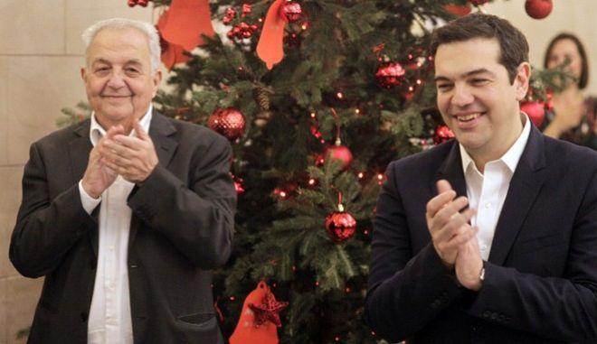 Χριστουγεννιάτικα κάλαντα στον Πρωθυπουργό Αλέξη Τσίπρα. (EUROKINISSI ΓΙΩΡΓΟΣ ΚΟΝΤΑΡΙΝΗΣ)