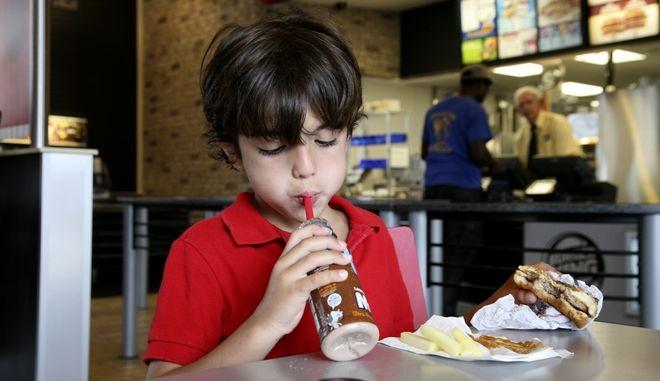 Παιδί που τρώει ανθυγιεινά