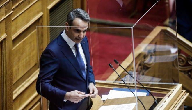 Ο πρωθυπουργός Κυριάκος Μητσοτάκης στο Βήμα της Βουλής.