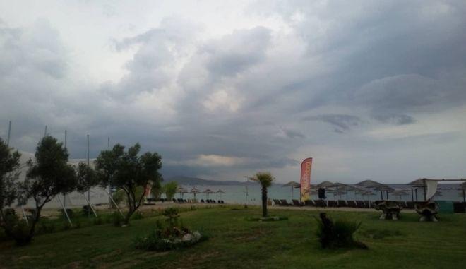 Καταιγίδες: Άδειασε η Χαλκιδική, προβλήματα στη Θεσσαλονίκη