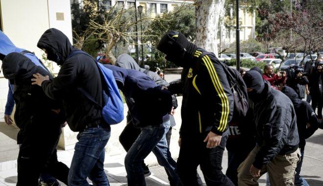 Οι συλληφθέντες ως μέλη ακροδεξιάς οργάνωσης οδηγούνται στην Εισαγγελία Πλημμελειοδικών Αθηνών, την Τετάρτη 7 Μαρτίου 2018, κατηγορούμενοι για συμμετοχή σε εγκληματική οργάνωση, κατοχή εκρηκτικών υλών, εκρήξεις, εμπρησμό, διακεκριμένες φθορές και παραβάσεις του νόμου περί όπλων. Η αστυνομική επιχείρηση που προηγήθηκε αφορά σε προσπάθεια εξάρθρωσης ακροδεξιάς οργάνωσης, υπεύθυνη για περισσότερες από 20 εμπρηστικές επιθέσεις με γκαζάκια σε αυτοδιαχειριζόμενα στέκια, αυτοδιαχειριζόμενους χώρους φιλοξενίας προσφύγων κλπ. (EUROKINISSI)