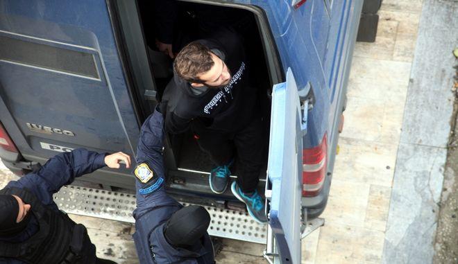 """Στο Τριμελές Εφετείο Κακουργημάτων ξεκίνησε την Δευτέρα 25 Νοεμβρίου 2013, η δίκη του Τάσου Θεοφίλου ο οποίος κατηγορείται για ανθρωποκτονία κατά τη διάρκεια ληστείας σε τράπεζα στην Πάρο καθώς και επίσης και για συμμετοχή στην τρομοκρατική οργάνωση """"Πυρήνες της Φωτιάς"""".   Στο στιγμιότυπο Τάσος Θεοφίλου φτάνει κάτω από δρακόντεια μέτρα ασφαλείας στο Εφετείο. (EUROKINISSI/ΑΛΕΞΑΝΔΡΟΣ ΖΩΝΤΑΝΟΣ)"""