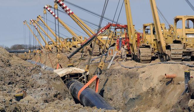 Auf einer Baustelle der Ostsee-Pipeline-Anbindungs-Leitung (OPAL) werden am Mittwoch, 14. April 2010, in der Naehe von Wusterhusen, Mecklenburg-Vorpommern, Rohre verlegt. Die OPAL-Leitung soll vom vorpommerschen Lubmin aus die geplante Nord Stream-Gasleitung von Russland mit dem europaeischen Hinterland verbinden. Am Donnerstag, 15. April 2010, werden auch die Arbeiten an der Nord Stream Leitung in Deutschland offiziell beginnen. (apn Photo/Frank Hormann) ---- A construction place of the natural gas pipeline OPAL is seen near Wusterhusen, northern Germany, Wednesday, April 14, 2010. The OPAL pipeline will connect the planned North Stream pipeline from Russia with the European countries. (apn Photo/Frank Hormann)
