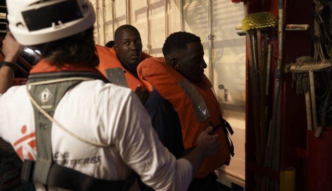 Σε πέντε χώρες θα πάνε οι μετανάστες που διέσωσε το σκάφος.