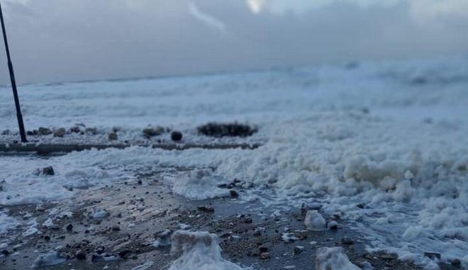 Αφρός σε παραλία στους Οθωνούς