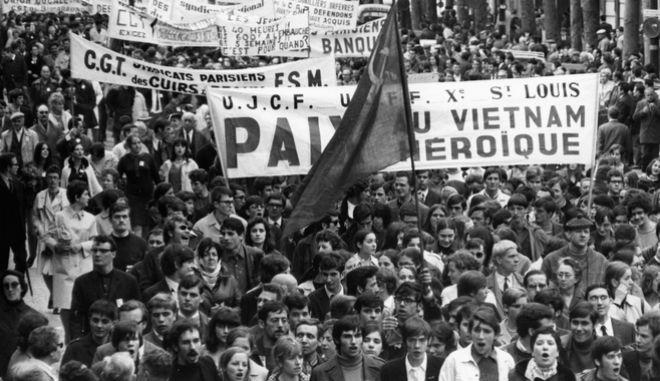 Χιλιάδες διαδηλωτών στο Παρίσι πραγματοποιούν πορεία από την Place de la Republique στη Βαστίλη απαιτώντας τερματισμό του πολέμου στο Βιετνάμ και αυξήσεις μισθών, 1 Μαΐου 1968