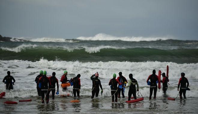 Άγρια κύματα σε παραλία της Ισπανίας