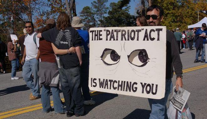 Χιλιάδες αμερικανικές ιστοσελίδες μπλοκάρουν το Κογκρέσο σε ένδειξη διαμαρτυρίας για τον 'πατριωτικό νόμο' Μπους