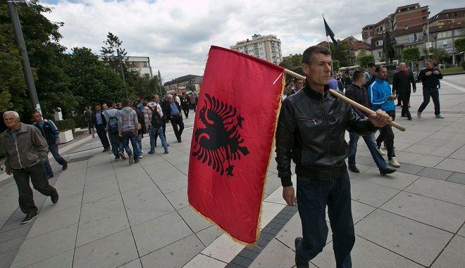 Στιγμιότυπο: Αλβανός κρατάει την σημαία της χώρας του
