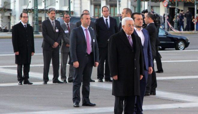 Ο πρόεδρος της Παλαιστίνης Μαχμούντ Αμπάς καταθέτει στεφάνι στο Μνημείο του Άγνωστου Στρατιώτη την Δευτέρα 21 Δεκεμβρίου 2015. (EUROKINISSI/ΣΩΤΗΡΗΣ ΔΗΜΗΤΡΟΠΟΥΛΟΣ)