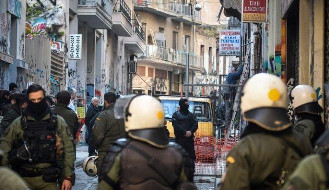 Αστυνομική επιχείρηση σε υπό κατάληψη κτήρια στα Εξάρχεια την Πέμπτη 11 Απριλίου 2019. Έρευνες έγιναν σε δυο κτίρια στην οδό Τζαβέλλα και σε ένα τρίτο, στη οδό Σολωμού.  (EUROKINISSI/ΤΑΤΙΑΝΑ ΜΠΟΛΑΡΗ)