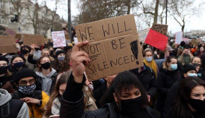 Διαδηλωτές με πανό κατά τη διάρκεια διαμαρτυρίας κατά των βιασμών, στο Λονδίνο.