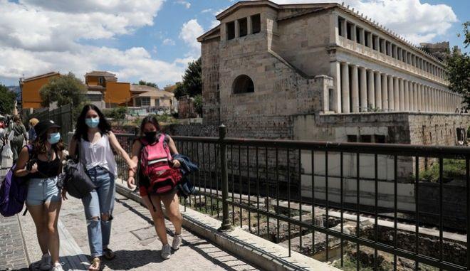 Κόσμος με μάσκα στο κέντρο της Αθήνας
